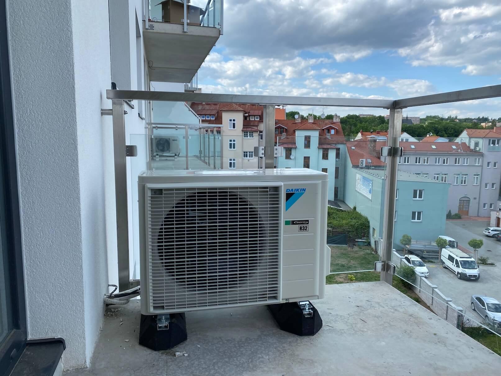 Venkovní jednotka klimatizace na balkoně